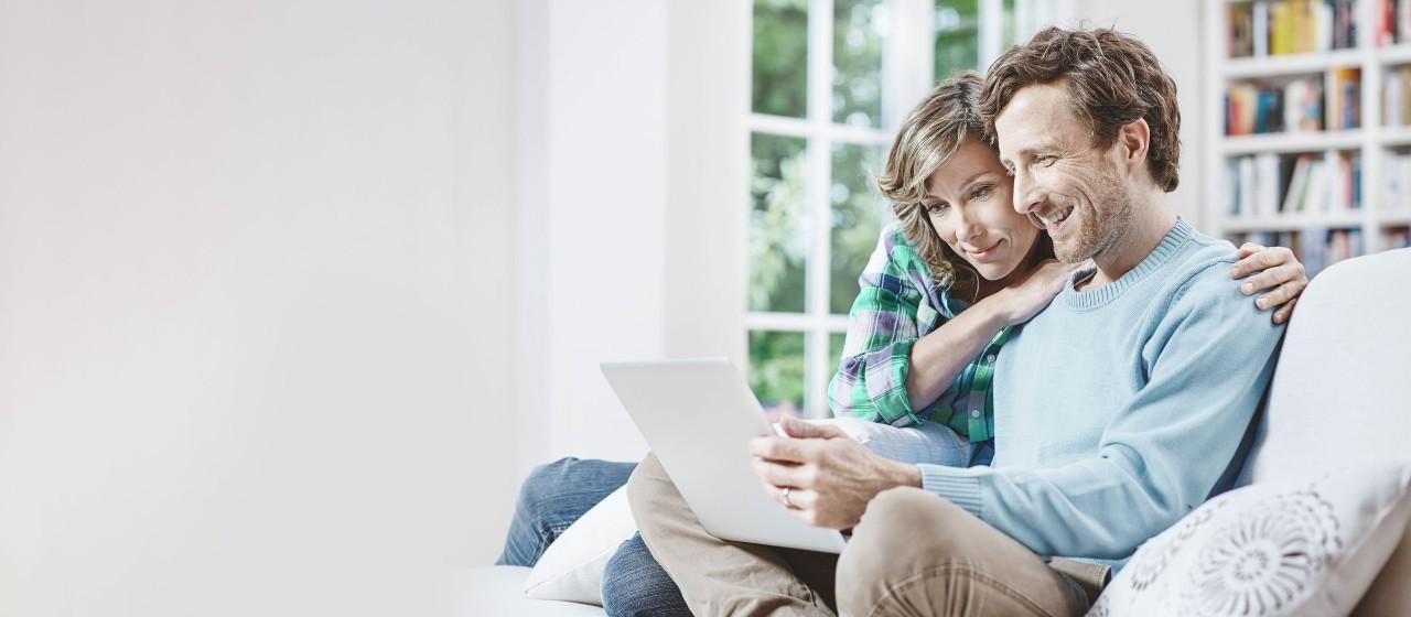 Paar beim bequemen Vertragscheck am Laptop
